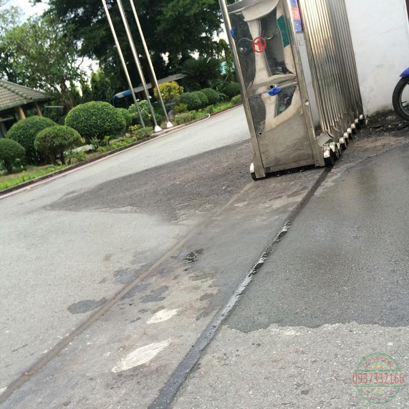 Hậu quả của việc cửa cổng chạy trên đường nhựa không qua xử lý.